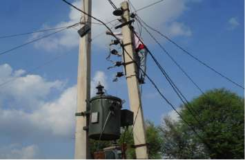 ट्रांसफार्मर के तारों में स्पार्किंग से आए दिन गुल हो जाती है बिजली