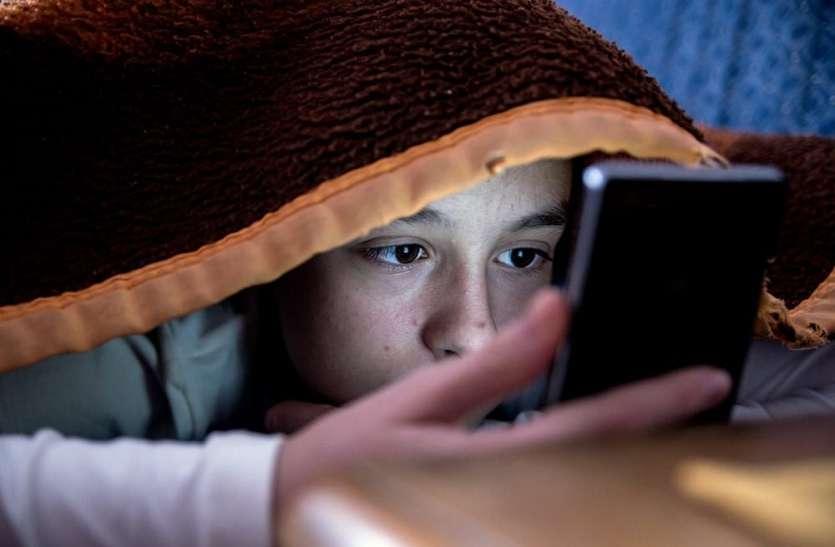 अगर आपके बच्चे चला रहे है रात में मोबाइल तो ध्यान हटाने के लिए करे ये टिप्स