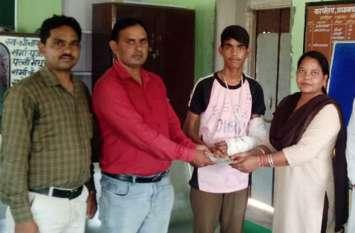 प्रतियोगिता में विद्यार्थी का हाथ हुआ फ्रेक्चर, भामाशाहों के सहयोग से शिक्षकों ने सौंपी सहायता राशि