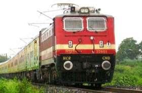 शताब्दी ट्रेन के इंजन पर चढ़े लोग और रेलमंत्री के खिलाफ फूंगा बिगुल