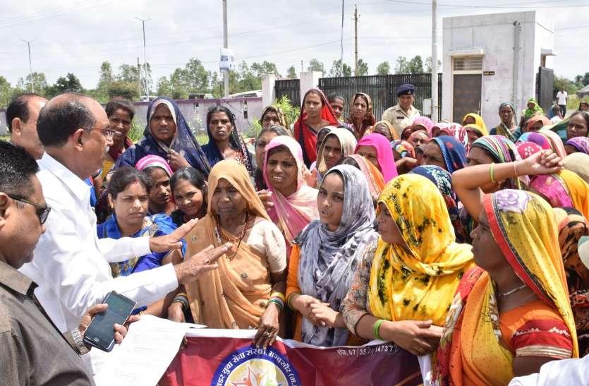 समुह लोन वसुली से तंग महिलाएं सड़कों पर उतरी, गांधचौराहें पर प्रदर्शन किया