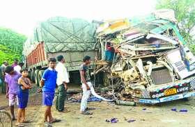 दो ट्रकों में आमने-सामने हुई जबरदस्त भिड़ंत से गाड़ियों के उड़े परखच्चे, दोनों ड्राइवर गंभीर रूप से घायल