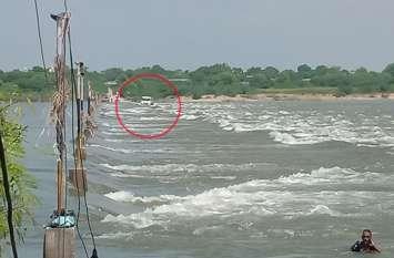 बीसलपुर से बनास में छोड़े जा रहे पानी के तेज बहाव में फिर फंसा बजरी से भरा ट्रक