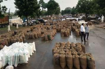 बारिश में भीगी जिंसों से भरी दस हजार बोरियां