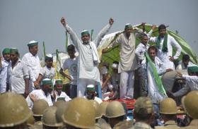 VIDEO: दिल्ली के लिए निकले किसानों को पुलिस ने रोका, टकराव की स्थिति