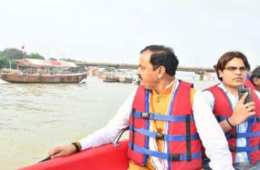 उफानाई गंगा में नाव से निकलनेउपमुख्यमंत्री केशव प्रसाद मौर्या ,बाढ़ पीडितो से की मुलाक़ात