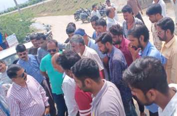अण्डरपास मेें पानी जमा होने से लोग परेशान: ग्रामीणों का फूटा रोष, अधिकारियों को सुनाई खरी-खोटी