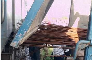 पटरी के पास सरियों से भरा डंपर टकराने यात्रियों को लगी चोट