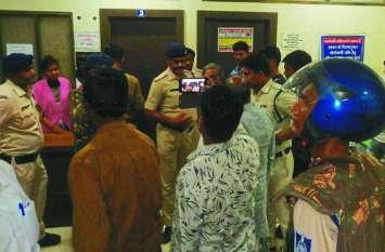 lady death case: गंभीर हालत में रैफर प्रसूता की मौत से अस्पताल में हंगामा, पुलिस पहुंची