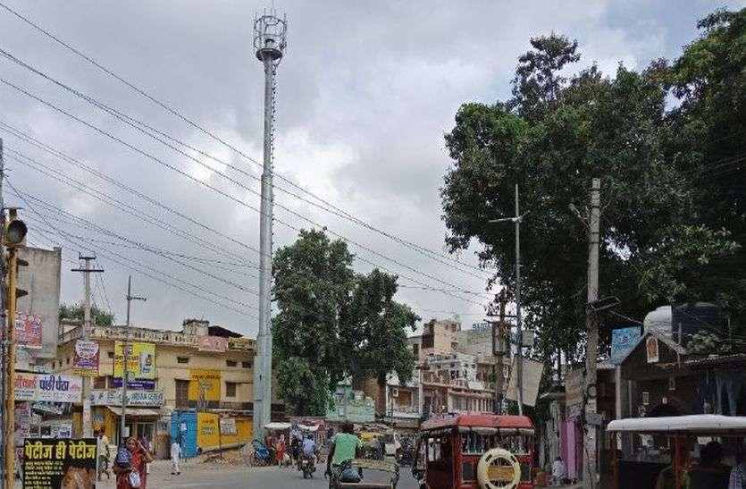 नगर परिषद की मिलीभगत से अलवर शहर में सडक़ के बीचोंबीच लगा दिया मोबाइल टावर, ऐसा सिर्फ अलवर में हो सकता है!
