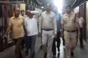 CBI का छापाः रेलवे का बड़ा अधिकारी रिश्वत लेते गिरफ्तार, देखें Video