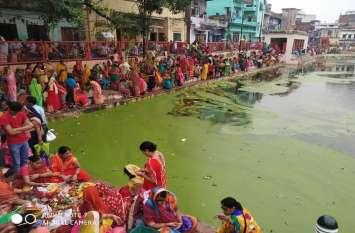 Jiutia vrat-2019:  बच्चों की लंबी आयु के लिए काशी के गंदे सरोवरों में पूजन को विवश श्रद्धालु माताएं