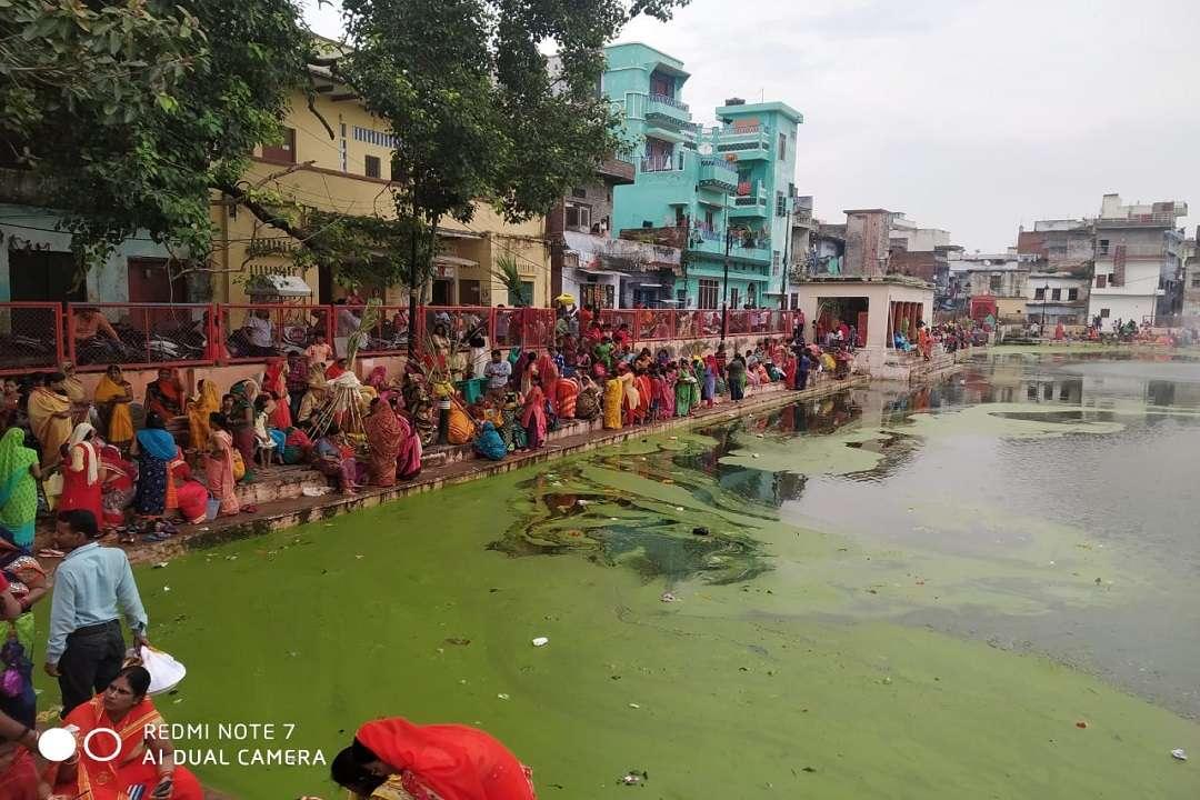 Jiutia vrat-2019 पर काशी के गंदे सरोवरों में पूजन को बाध्य श्रद्धालु महिलाएं