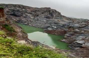 कोटपूतली में चेजा पत्थर के लिए पहाडिय़ां छलनी,  गहरे खनन से निकल आया पानी