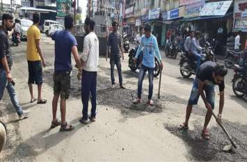 # जिम्मेदार चुप बैठे इसलिए सड़क पर उतरे युवा, पीली कोठी और कालीचरण तिराहे पर भरे कष्टदायी गड्ढे