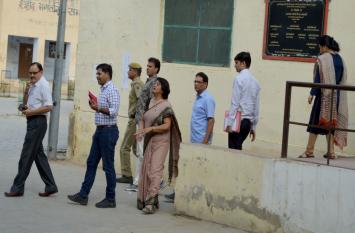 पुलिस लाठीचार्ज की जांच के लिए आए संभागीय आयुक्त के सामने छात्रा ने प्राचार्य पर लगाए गंभीर आरोप, डीएसपी, कोतवाल, एसआइ के हुए बयान