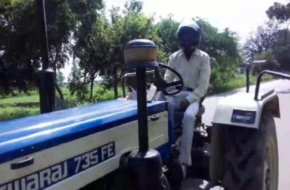 चालान का खौफ: इस शहर में हेलमेट लगाकर ट्रैक्टर चला रहे किसान, वीडियो में जबाब सुन छूट जाएगी हंसी