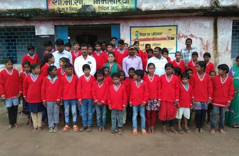 डीपीसी को स्कूल में अनुपस्थित मिले शिक्षक तो सजा के तौर पर बच्चों को वितरित करवाए स्वेटर