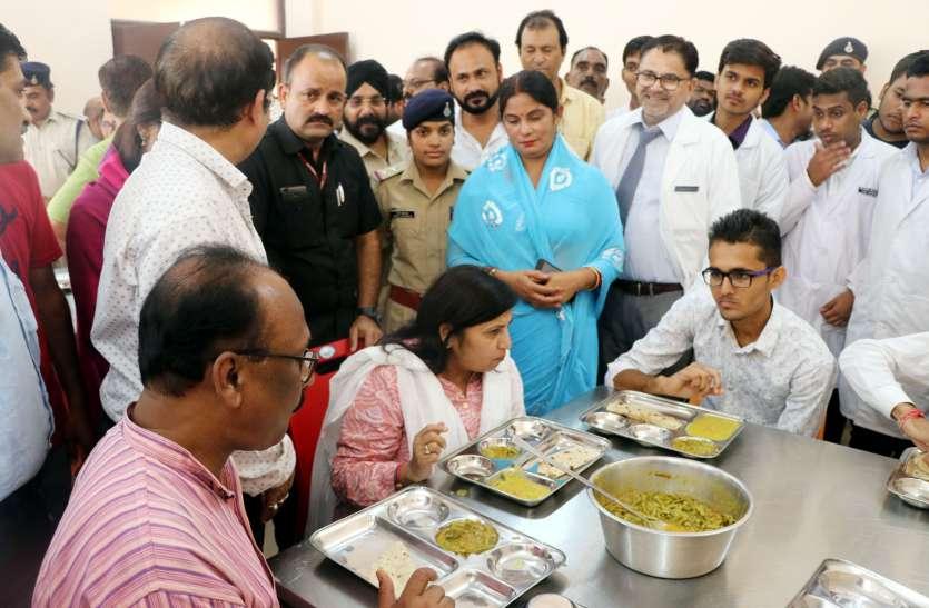 मेडिकल कॉलेज के छात्रों के खाने में मिली इल्ली, प्रबंधन पर भड़की मंत्री