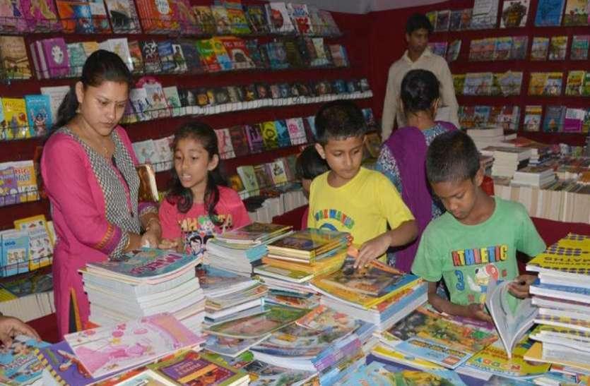 बच्चों को किताबों, दिमागी खेल-खिलौनों के संग मोह रहीं कठपुतलियां