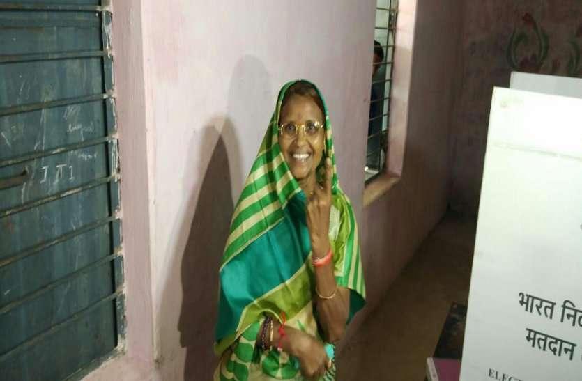 ओजस्वी मंडावी व देवती कर्मा ने किया मतदान, दंतेवाड़ा उपचुनाव में 11 बजे तक कुल इतने प्रतिशत हुुआ मतदान
