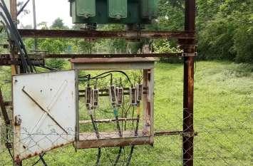 बिजली कंपनी की लीपापोती,ट्रांसफार्मर पर कटआऊट में गड़बड़ी, चालू तार से जोड़ रखी लाइन