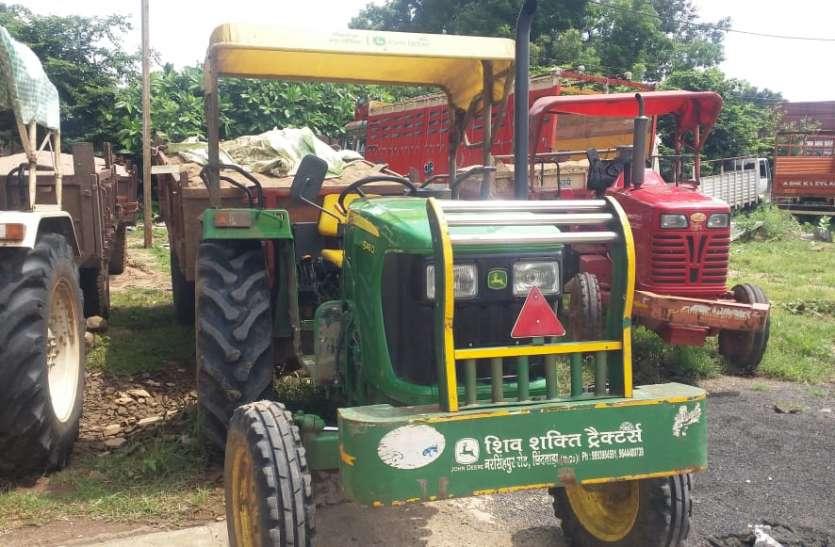 रेत से भरे ट्रैक्टर को ग्रामीणों ने पुलिस को सौंपा