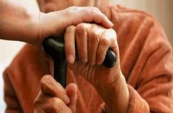 ऐसी भी पुलिस, जो भीड़ से हटकर करती है काम, बुजुर्गों की सेवा में घर-घर का दरवाज़ा खटखटा रही है