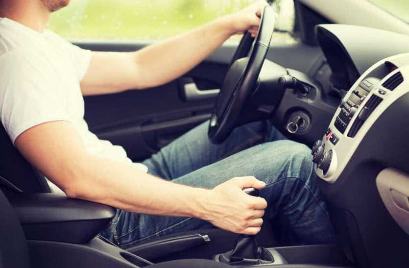 मैनुअल कार चलाते समय न करें ये काम, हो सकता है खतरनाक एक्सीडेंट