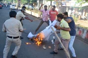 सरकार का पुतला जलाने पर पुलिस और भाजपा कार्यकर्ताओं में हुई छीनाझपटी