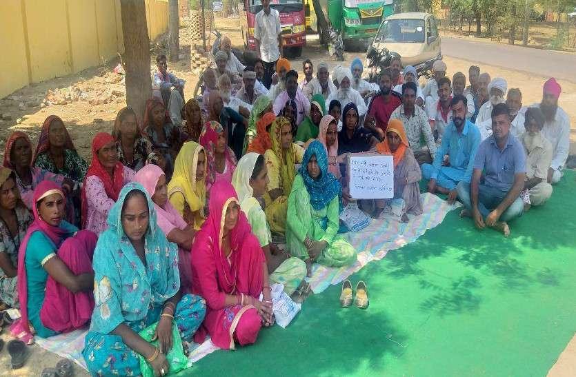 योजनाओं का लाभ देने की मांग, ग्रामीणों का धरना