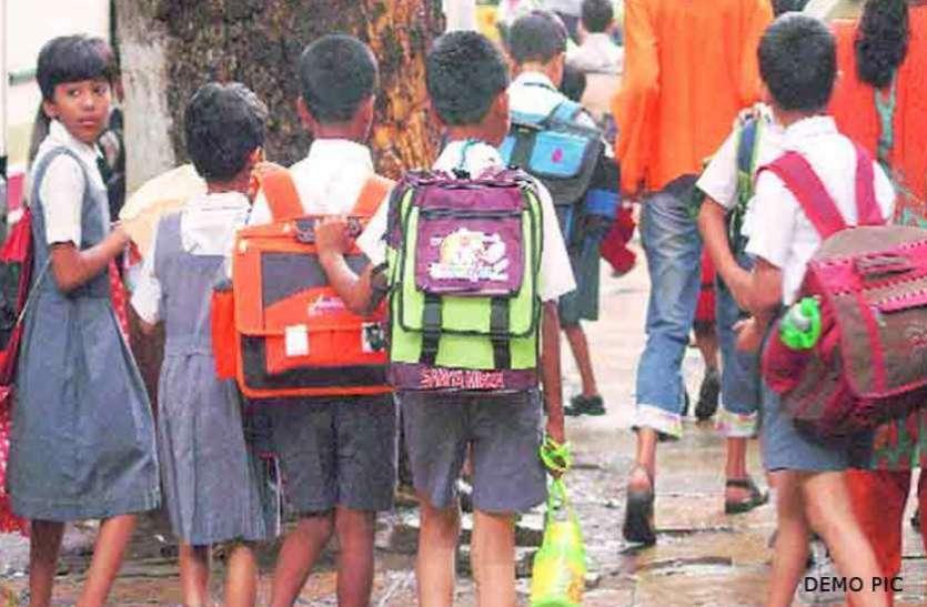त्रिपुरा के स्कूलों में नाव के सहारे प्रश्न-पत्र बांटे