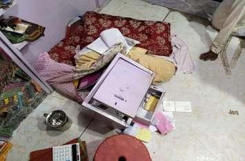 साड़ी की दुकान का शटर तोड़ चांदी के सिक्के, नकदी व अन्य सामान चुरा ले गए चोर, सीसीटीवी में कैद हुआ पूरा घटनाक्रम