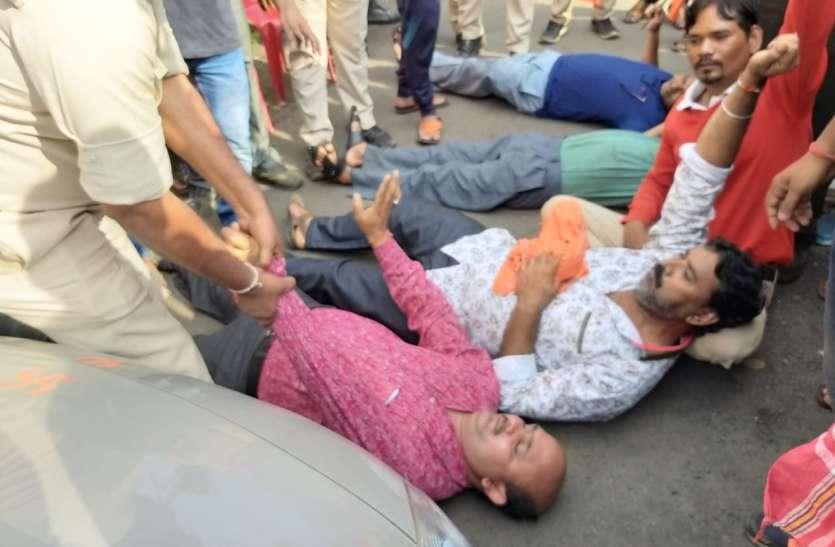 कोल कर्मियों को काम पर जाने से रोकने वाहन के सामने लेट गए बीएमएस के नेता
