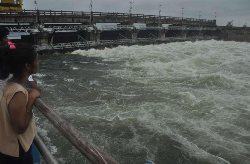 रातभर में एक फीट बढ़ गया तिघरा का जलस्तर, 5 गेट खोल कर छोड़ा 5 हजार क्यूसेक पानी