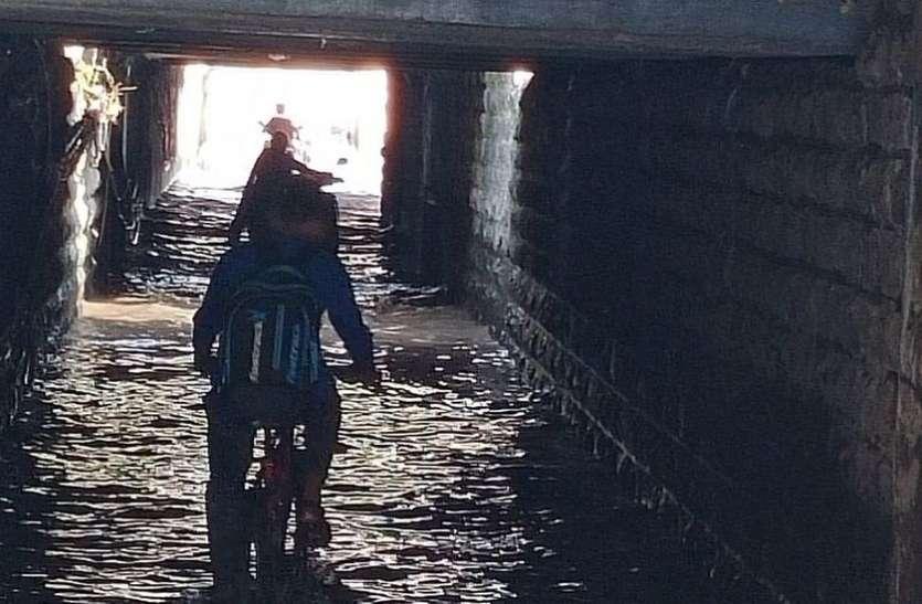 WATER LOGGING; बिन बरसात ही मोगरावाड़ी ब्रिज में भरा पानी