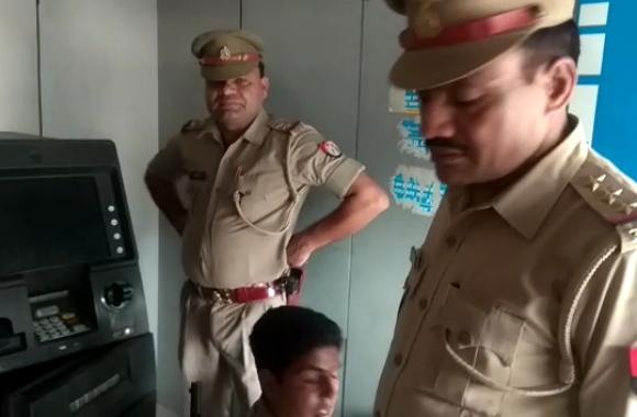 Sambhal: ATM से इस तरह सात लाख रुपये चुरा ले गए चोर- देखें वीडियाे