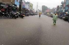 पानी से जनजीवन हो रहा प्रभावित, लोगों के लिए बैरन हो गई बारिश