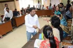 नगरपरिषद की साधारण सभा में कांग्रेसी पार्षद ने उठाया महिला पार्षद पर जूता, पार्षदों के बीच बचाव के बाद मामला हुआ शांत