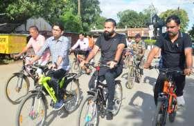 IAS ने साइकिल से किया शहर का भ्रमण, अचानक इस चीज पर पड़ी नजर तो लगाया 20 हजार रुपए का जुर्माना