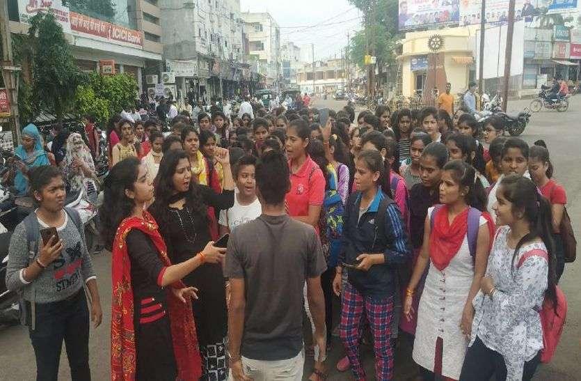 गैंगरेप VIDEO रतलाम में निजी स्कूल की छात्रा से गैंगरेप, विरोध में बेटियां उतरी सड़क पर, एसपी ने कहा जांच होगी