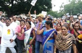 एनजीटी के आदेश पर अवैध मकानों को गिराने की कार्रवाई के खिलाफ सड़क पर उतरे लोग