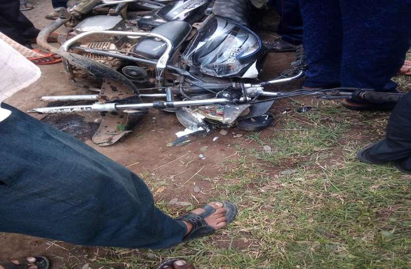 बाइक को ठोकर मारकर बस झाड़ी में जा घुसी, बाइक सवार की मौत, सभी सवारी सुरक्षित