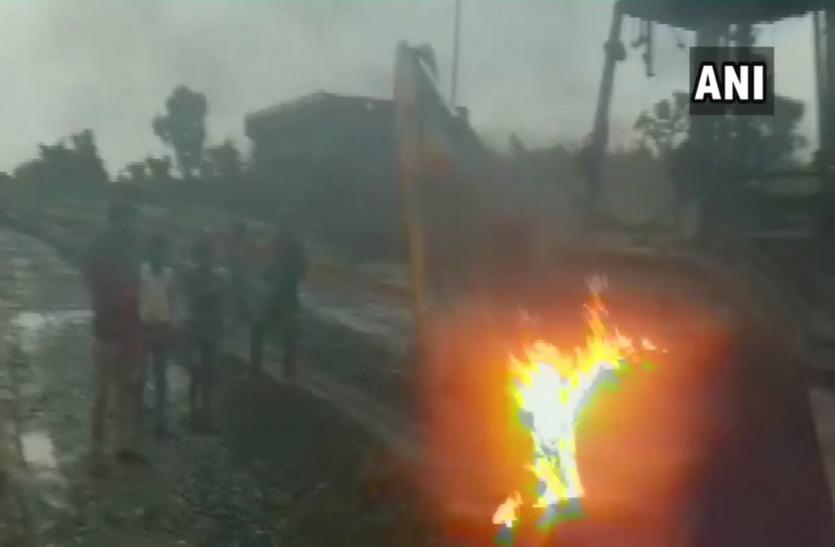 बिहार: नक्सलियों ने सड़क निर्माण में लगे वाहनों को जलाया, छानबीन में जुटी पुलिस