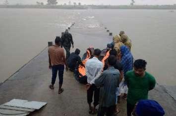 रपटा पार करते समय सिंध नदी में बह गए ट्रैक्टर ट्रॉली