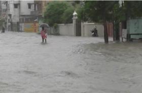 पीएम नरेन्द्र मोदी के जनसम्पर्क कार्यालय के सामने की सड़क बनी ताल तलैया, दो दिन से जारी बारिश से बनारस बेहाल