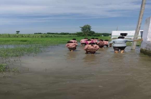 जल भराव से सड़के क्षतिग्रस्त, स्कूलों में भरा पानी, फसलों को भारी नुकसान