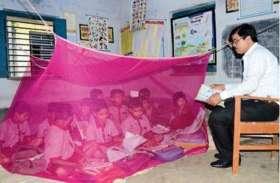 मच्छरदानी में बैठकर पढ़ रहे स्कूल के बच्चे