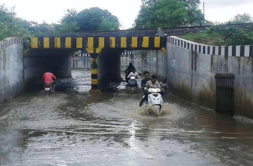 घटेरा अंडर ब्रिज में पानी न भरे, खुद रही नाली