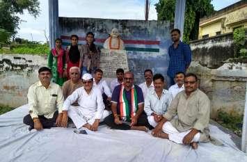 योगी सरकार के खिलाफ कांग्रेस का हल्ला बोल, नेताओं ने कहा- चिन्मयानंद पर दर्ज हो रेप का मुकदमा